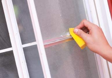 Как можно очистить скотч от пластикового окна: обзор эффективных средств в Томске